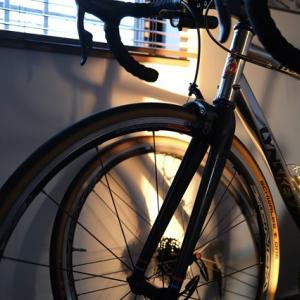 たそがれのロードバイク、西日が当たる