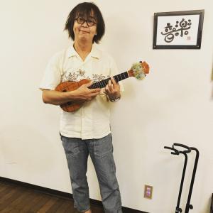 スタッフ岡田今日からウクレレ習い始めました!