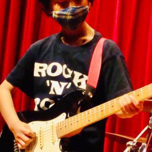 小学2年生ギターリスト発表会写真!
