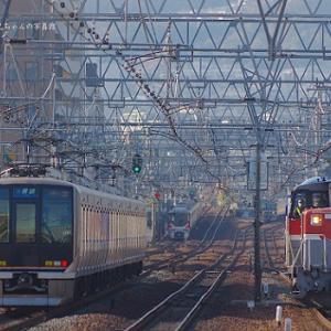 複々線の線路全部に車両が写っています。
