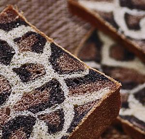 ココアの香りいっぱい !  ヒョウ柄食パン