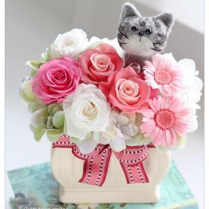 ◆ネコ好きさんへの贈り物に羊毛フェルトとプリザーブドフラワーの猫アレンジ
