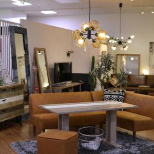 革のソファに合わせたい、家具と照明!
