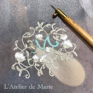 繊細でエレガントな糸の刺繍