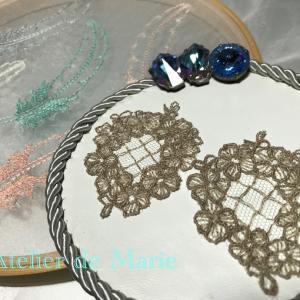 Atelier・Workshop 繊細で緻密なハンドメイドのチュール刺繍レースをピアスに