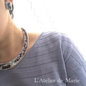 刺繍ジュエリーコーディネート定番のカラーネックレス&ピアス・夏の半袖ニット&アップスタイル