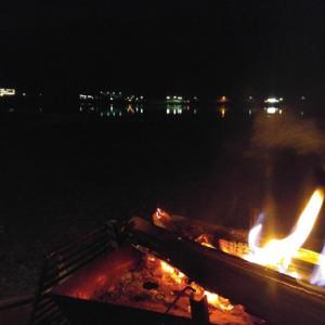 湖畔の焚き火