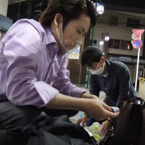 都議会議員選挙!6月30日青砥駅では遊説終了後のリラックスしている河合ゆうすけさんです!