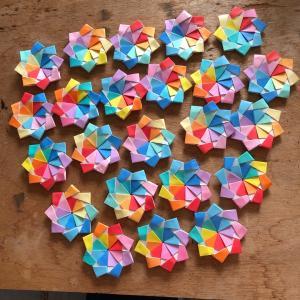 ユニット折り紙「カラフルリボン」増殖
