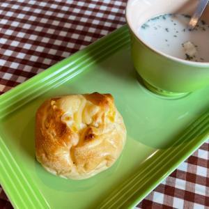 『よらん野』の【オレンジクリームチーズ】パン