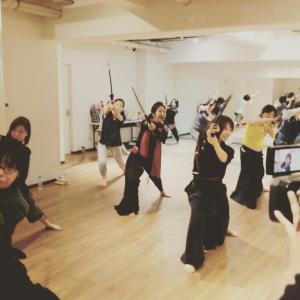 女性の殺陣剣舞