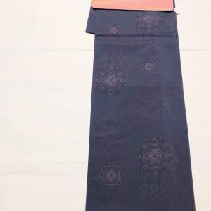 ブルーグレー色の大島紬~紅花染めのつづれ名古屋帯~