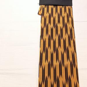 黄色×黒色 矢絣のお召し~黒地の粋な梅柄の名古屋帯 博多織りの半幅帯~