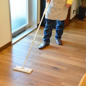 フローリング掃除しながら、がんばる!