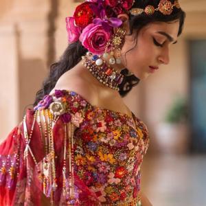 総刺繍のドレス