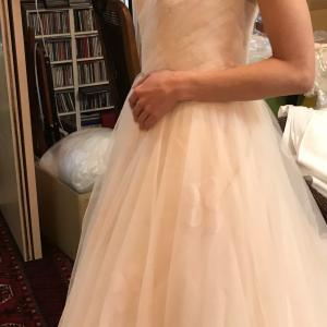 ワンショルダー、桜色のドレス