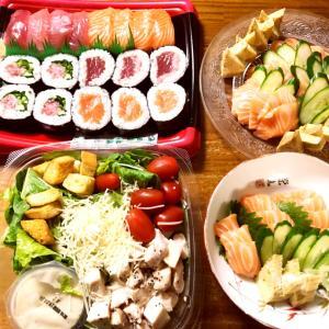 コストコデーの晩御飯、コストコレポ(まぐろ3種とサーモン寿司、シーザーサラダ、サーモンなど)