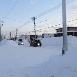 旭川は氷点下17.2度。「旭町通り」沿いの雪山