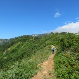 花が咲く尾根道を進む 白山 (2,702.2M)     登頂 編 PART 3