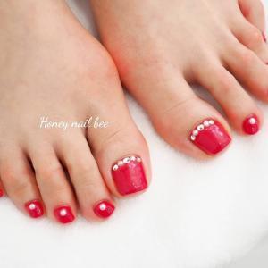 鮮やかな真っ赤なフットネイル
