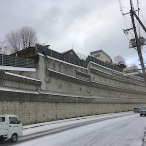 梅ヶ枝のバス通りを赤岩方面に向かうと現れる巨大な擁壁