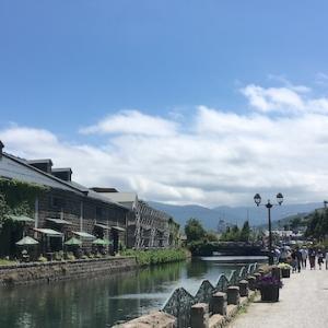 賑わいが少し戻ってきた7月の連休中の小樽運河と堺町通り(7月25日の様子)
