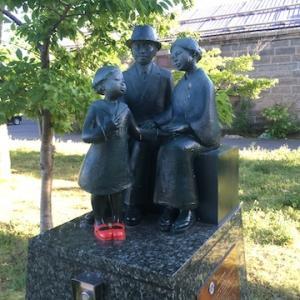 運河公園の「赤い靴 親子の像」