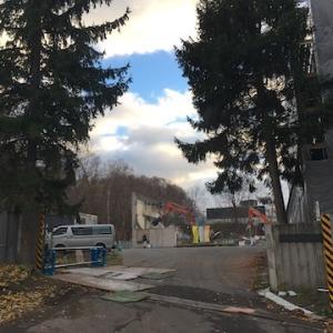 旧緑小学校が解体工事の真っ最中でした