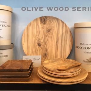 【今月は休まずオープン ///夏物SALE///】イタリアで育ったオリーブの木より作られた、OLIVEWOODのシリーズ。自然そのままの木目が美しく使うごとに味わいが増していきます
