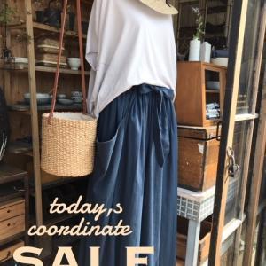 【今月は休まずオーブン】前後差のある裾のライトパープルのトップスと両サイドのポケットのデザインが可愛いスカートです。コーデ全てSALE商品です!