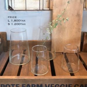 SALE開催中【残り7月休まず営業8/1(日)お休み】再生ガラスで作られたフラワーベース入荷!裾広がりのフォルムは安定感そして存在感もありお花を一輪生けるだけで空間が絵になります