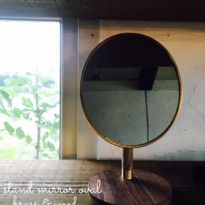 【今週はオールオープン】ミラーのフレーム部分・背面部分にはブラスを、台座にはシーシャムウッドを使用、鏡の角度調整可能。飽きのこない控えめだけど愛着が湧くミラー。