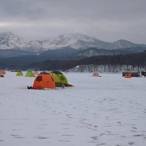 冬の風物詩「桧原湖の氷上ワカサギ釣り」テントも、笑顔もいっぱぁ~い♪