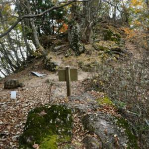 伊豆ヶ岳登山3=伊豆ヶ岳山頂、でもすぐ出発