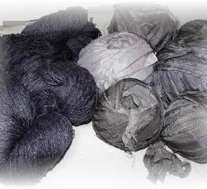 ◆ クルミで染めた服地の材料はこれ……◆