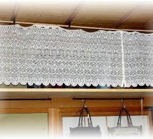 ◆ 天井からカフェカーテンをつるし……◆
