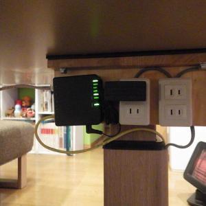 ダイニングテーブルにUSB充電ポート