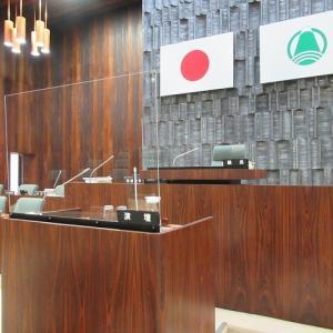 富士市議会9月定例会が開会 演壇には新コロ対策のアクリルパーテーションを設置