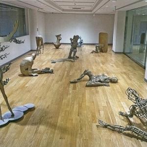 武蔵野美術大学彫刻学科の1年生の授業「基礎造形」で制作された段ボールの「動いている人」