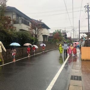 上手に傘をさして並んで登園 👣