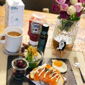 スモークサーモンオープンサンドな朝ごパンと今朝のお花♡