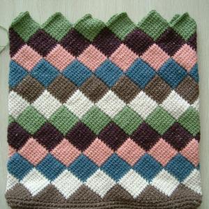 ツィード糸のブロックアフガンバッグ、最後の三角形まで編めました。