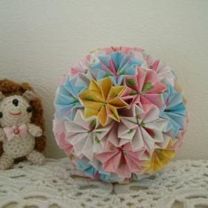 バラ柄の折り紙でくす玉作り♪