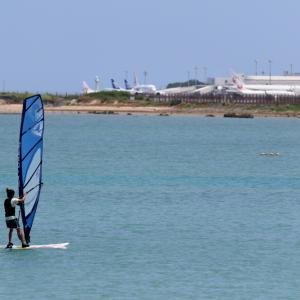 ウィンドサーフィンと飛行機たち