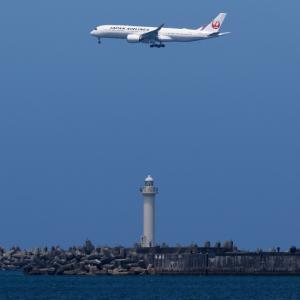 白い飛行機と白い灯台