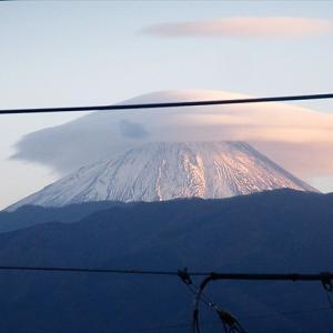 夕方、富士山にかさ雲・・・夜、雨が降る。