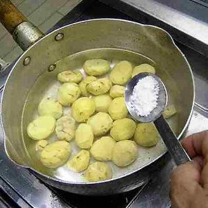 № 69 「ご飯炊き」 厚手の鍋で炊き込みご飯 3 具が硬いとき