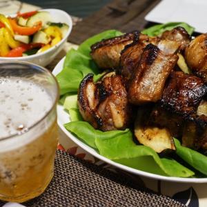 スペアリブとシーフードサラダ、夏のピクルス