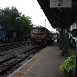 懐かしの走行音 普通列車で HUA TAKHE 駅へ