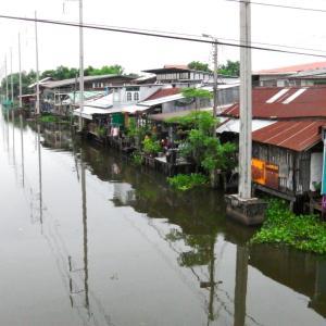 運河沿いに木造の建物が並ぶ下町情緒の古市場